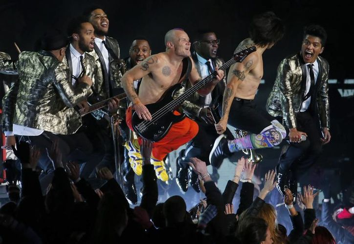 Bruno Mars y Red Hot Chili Peppers durante su número en el medio tiempo del Super Bowl. (Agencias)