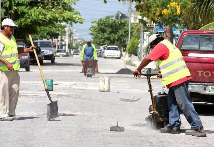 Continúan las actividades de bacheo en Cancún. (Archivo/SIPSE)