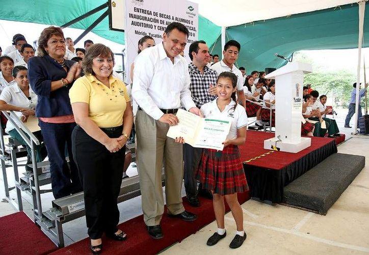 Un total de 267 alumnos del Conalep en Yucatán podrán continuar sus estudios tras recibir becas por parte del gobernador Rolando Zapata. (Cortesía)