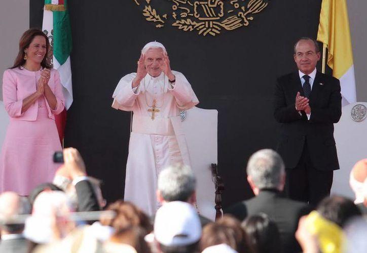 Benedicto XVI sintió agotadores los viajes que realizó a México y Cuba. En la imagen, con el entonces presidente de México, Felipe Calderón, y su esposa Margarita Zavala. (Notimex)