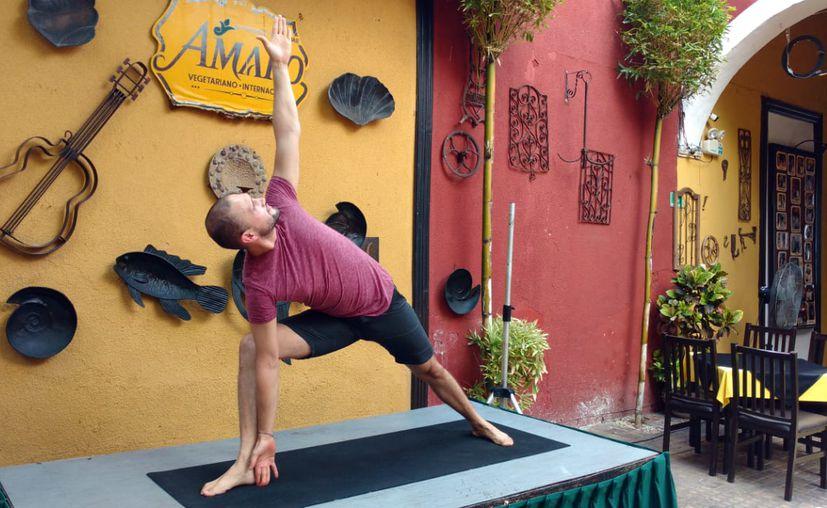 Alejandro Quimono muestra una de las posturas del yoga. (Foto: Joel Gonzáles/Novedades Yucatán)