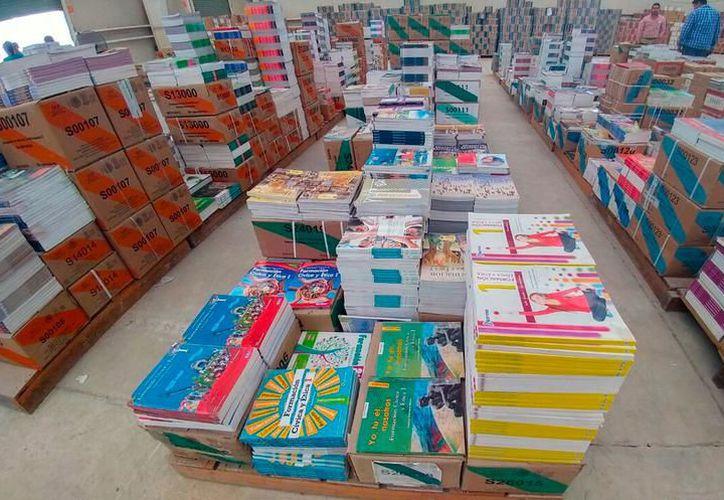 Como parte de una campaña de cuidado ambiental, las autoridades aspiran a reunir dos toneladas de reciclables, en libros de textos. (SIPSE)