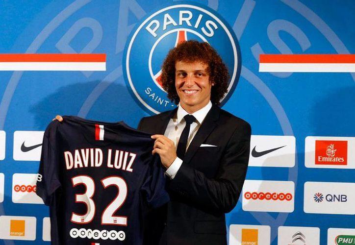 El zaguero de la Selección de Brasil, David Luiz, se presentó hoy oficialmente con el París Saint Germain, en donde jugará con el número 32. En sus equipos anteriores jugó con el 23 (Benfica) y el 4 (Chelsea).