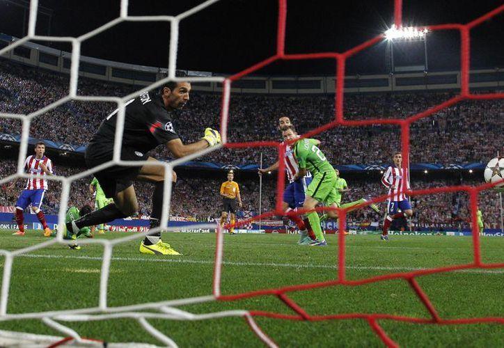 Buffon, histórico de la Juventus y de la selección azurra observa el viaje del balón a la red en gol de Arda Turan, del Atlético de Madrid en Champions League. (Foto: AP)