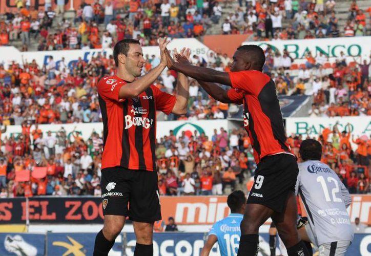 El goleador Luis Gabriel Rey (i), de los Jaguares de Chiapas, celebra un gol con un compañero. (Notimex/Archivo)