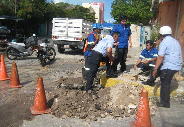 La fuga de agua fue detectada frente a un domicilio particular. (Lanrry Parra/SIPSE)