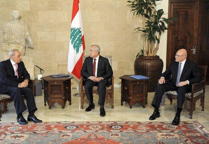 El presidente libanés, Michel Sleiman (C) con el presidente del Parlamento, Nabih Berri (L), y el primer ministro designado, Tammam Salam (R) en el palacio presidencial en Baabda, Beirut, Líbano. (EFE)