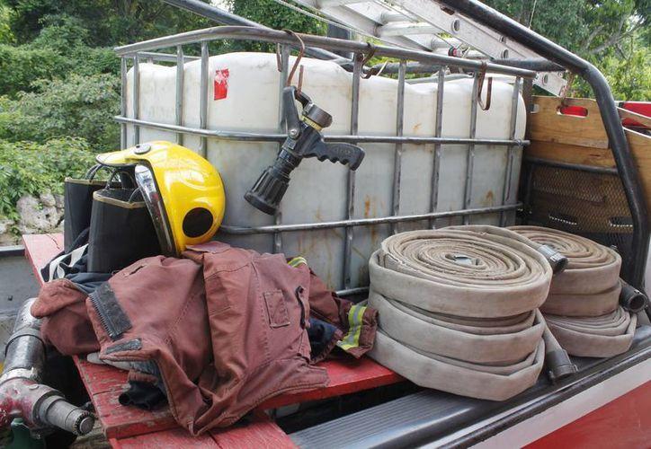 Atienden los llamados en una camioneta que tiene como equipo un tinaco con capacidad de mil litros de agua, una escalera, una tabla de camilla, las mangueras y equipo de primeros auxilios. (Israel Leal/SIPSE)