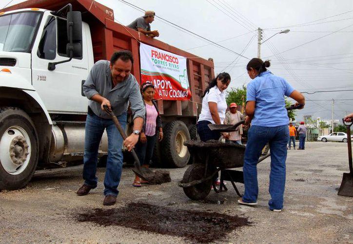 El diputado Francisco Torres Rivas bachea una calle en la colonia Pacabtún. (SIPSE)