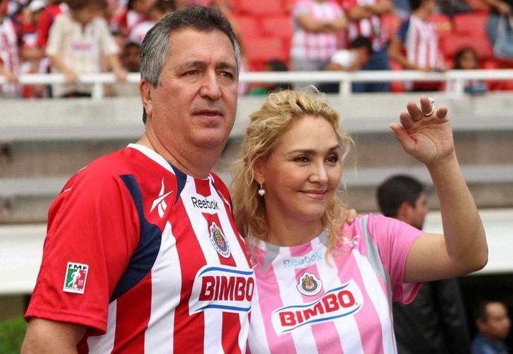 Se asegura que los allegados a la esposa de Vergara, Angélica Fuentes, también saldrán de los negocios del tapatío. (Archivo/vivelohoy.com)