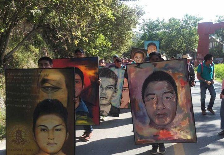 Imagen de archivo de una marcha que realizaron padres de familia y alumnos de Ayotzinapa, así como miembros de organizaciones sociales por la carretera federal Chilpancingo-Tlapa por la desaparición de 43 normalistas. (Archivo/Notimex)