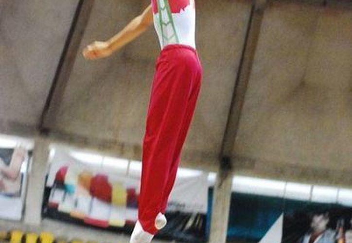 Imagen de archivo de Luis Loría Cetina quien ganó la medalla de oro en gimnasia trampolín en la Olimpiada Nacional. (Milenio Novedades)