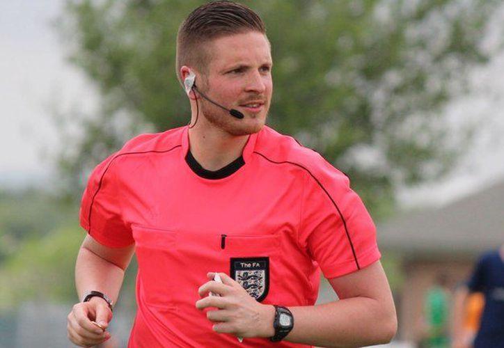Atkin declaró que 'ser gay no tiene ninguna importancia cuando se trata de arbitrar un partido de fútbol'. (Foto: @AttitudeMag)