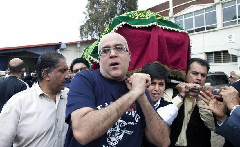 El ataúd de una víctimas que murió en el ataque del centro comercial es llevado por familiares y amigos. (Agencias)