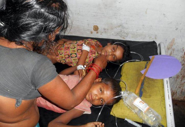 Hay 26 niños y una cocinera de la escuela que siguen hospitalizados. (Agencias)