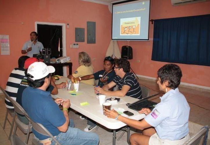 """Los participantes recibieron las constancias del """"Curso Básico de Seguridad Marítima"""" en Cozumel. (Cortesía)"""