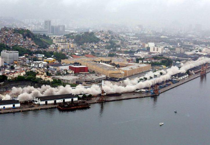 Imagen cedida de la demolición, este 24 de noviembre, de parte de la Avenida Perimetral, una de las principales de Río de Janeiro, que se habilitará como vía rápida. (EFE)