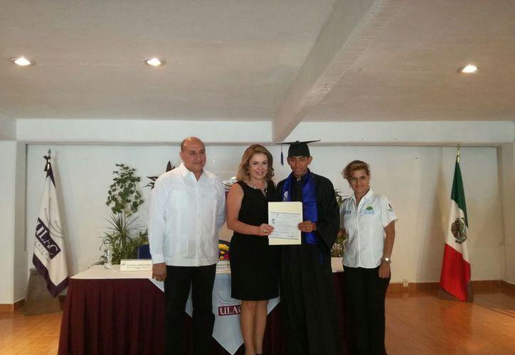 Las autoridades educativas de la ULac entregaron los certificados. (Luis Soto/SIPSE)