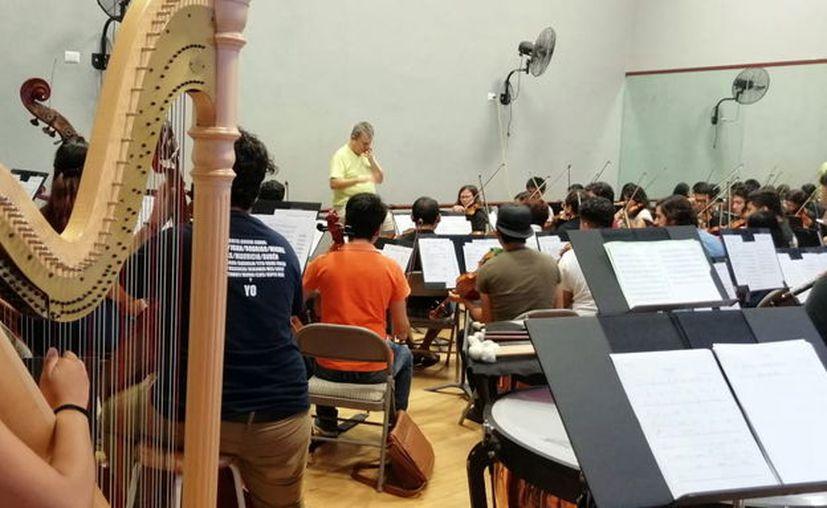 Integrantes del ensamble de músicos durante el ensayo(Foto:Novedades Yucatán)