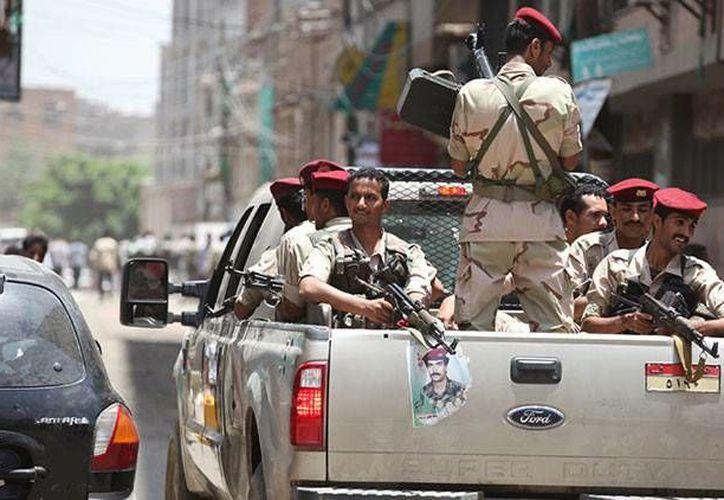 Militares yemeníes patrullan las calles de Adén. (Archivo/Reuters)