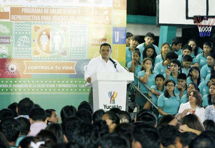 El gobernador Rolando Zapata llamó a los jóvenes a tomar decisiones adecuadas en la vida. (Cortesía)