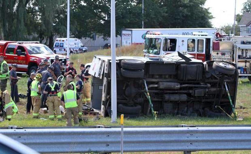 Varios transeúntes se arremolinaron alrededor del vehículo blindado, pero se ignora si tomaron el dinero. (providencejournal.com)