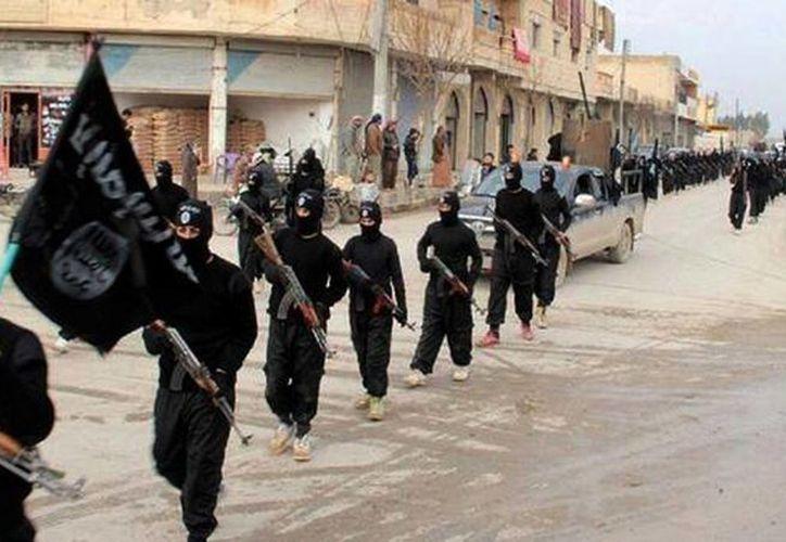 Combatientes del extremista Estado Islámico de Iraq y el Levante marchando en Raqqa, Siria. (Agencias)