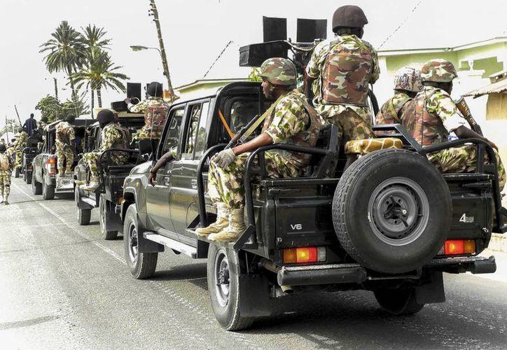 Decenas de personas han muerto en Kwajeffa, en el noreste de Nigeria, por ataques de Boko Haram. En la foto, miembros del Ejército patrullan las calles. (EFE/Archivo)