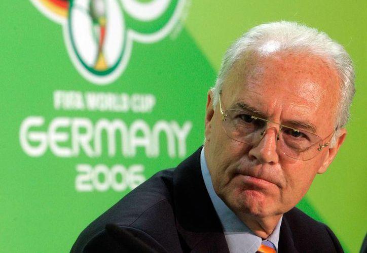 Franz Beckenbauer, quien presidió el Comité organizador del Mundial de Alemania 2006, está acusado de corrupción por la justicia de Suiza. (AP/Archivo)