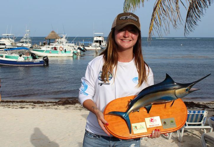 Allysha Larocque, recibió el trofeo del primer lugar del torneo de pesca.  (Ángel Villegas/SIPSE)