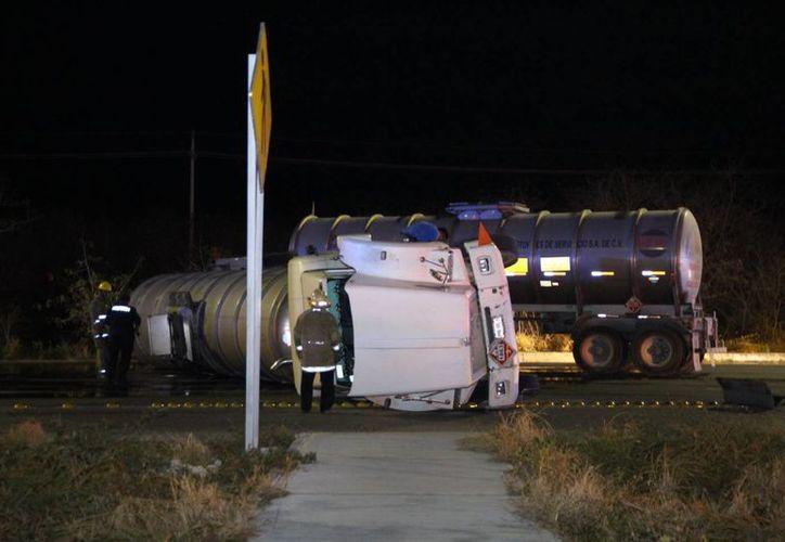 """La pipa, que llevaba dos """"salchichas"""", volcó en la carretera Mérida-Progreso a la altura del km 21. (Milenio Novedades)"""