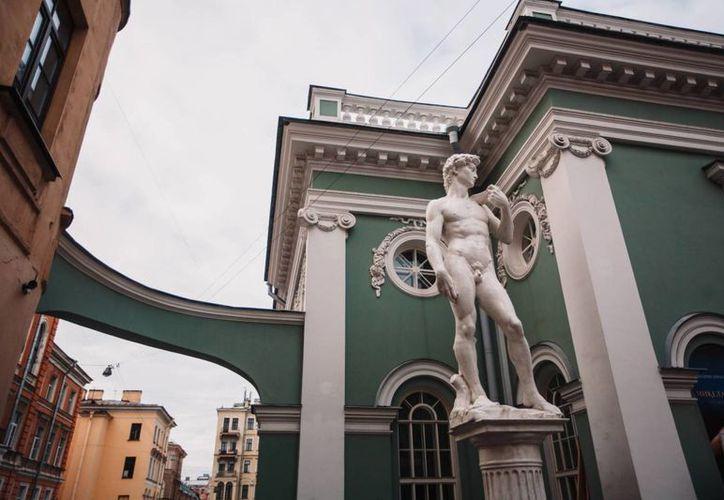 La réplica del David de Miguel Ángel se encuentra a la entrada de la exposición 'Miguel Ángel. Creación del mundo' en San Petersburgo, Rusia. (Cortesía de Volvok Pro)