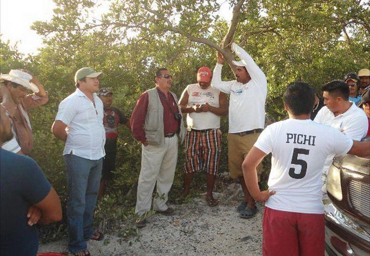 Pescadores denuncian que la Policía Municipal y la SSP los acosan como si fueran delincuentes. (Manuel Pool/SIPSE)