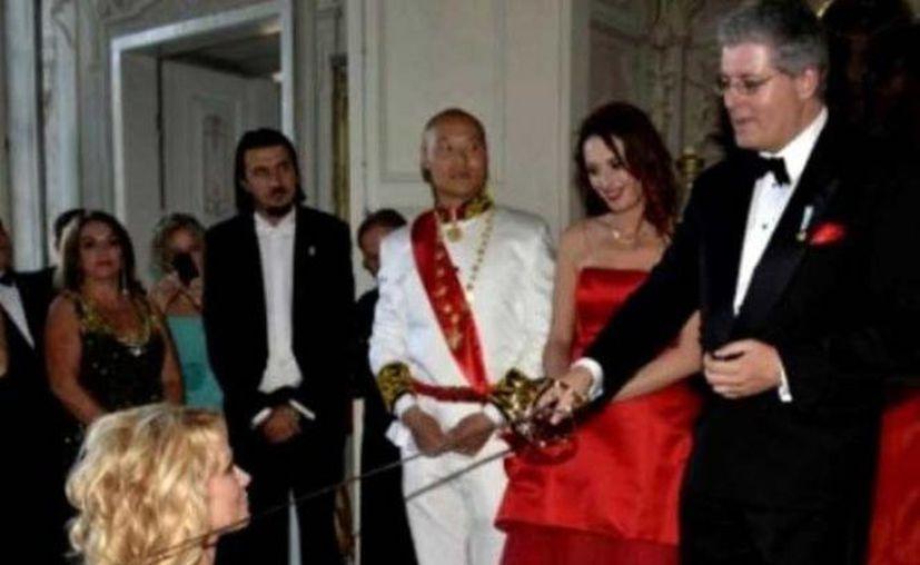 El supuesto príncipe nombró condesa a Pamela Anderson. (Foto Excélsior)