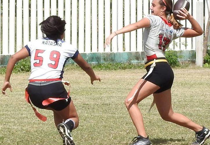Lobos Rojos se puso al frente 13-6 cuando Samantha Aguilar llegó a las diagonales y ella misma logró el punto extra. (Raúl Caballero/SIPSE)