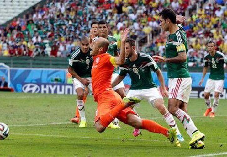 Arjen Robben al momento de caer tras un supuesto contacto de Rafael Márquez, lo cual fue decretado como penal en el partido entre México y Holanda en el Mundial. (Foto: Ap)