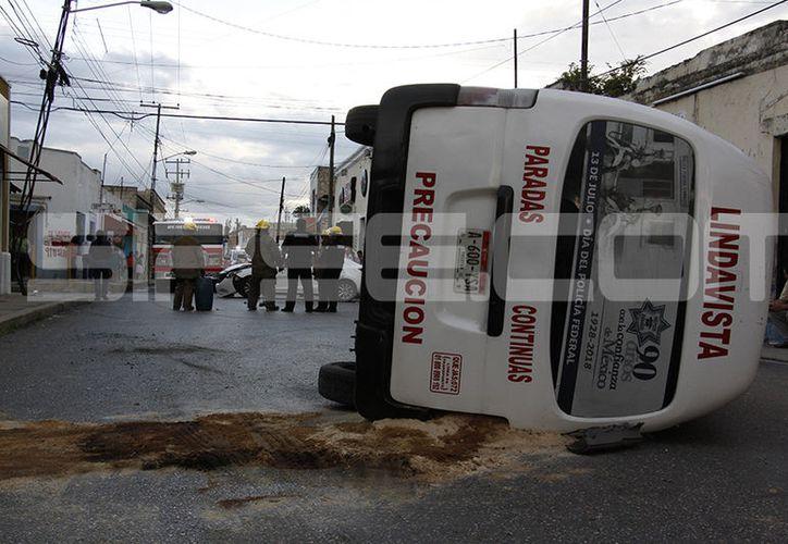 """Vuelca una """"combi"""" tras colisionar con un auto. (Victoria González/SIPSE)"""
