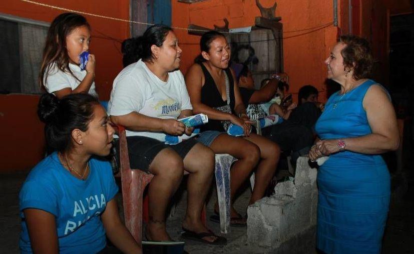 Alicia Ricalde pidió el voto a vecinos. (Lanrry Parra/SIPSE)