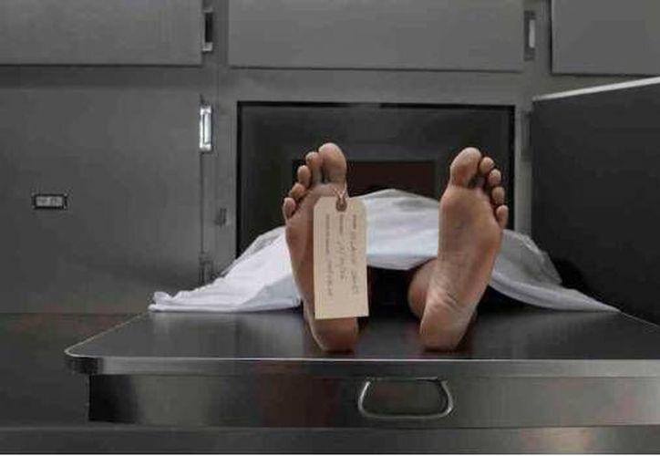 Un sujeto fue encontrado en la calle y lo dieron por muerto, sin embargo ya en la morgue se puso en pie y regresó a la fiesta donde casi muere. (YouTube)