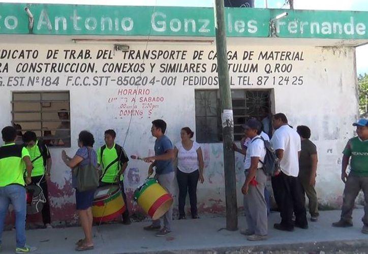 """Socios del Sindicato """"Antonio González Fernández"""", se manifestaron por la imposición de un dirigente de Playa del Carmen. (Rossy López/SIPSE)"""
