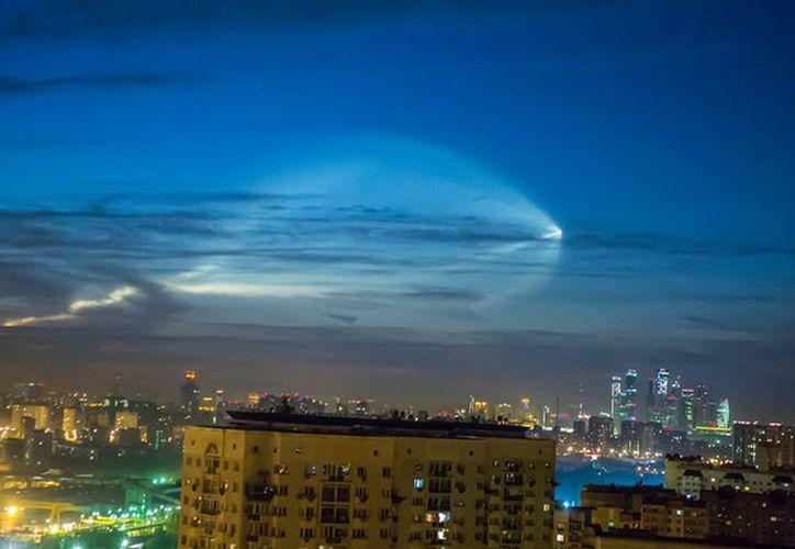 Insólita luz  fue vista en varias ciudades de Rusia. (Foto: RT)