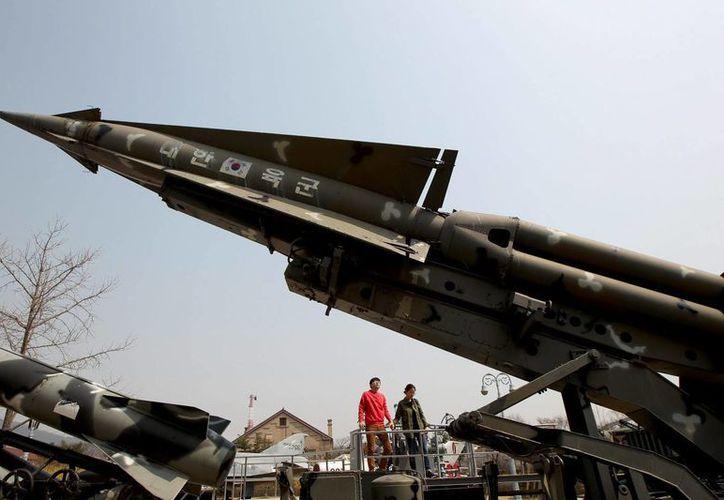 Surcoreanos observan un misil antiaereo Raytheon MIM-23 HAWK en el Museo de la Guerra de Corea, en Seúl. (EFE)