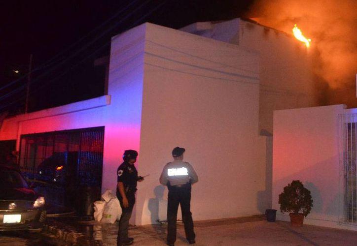 El incendio inició en una habitación de la planta baja del predio. Bomberos acudieron a sofocar el fuego. (Milenio Novedades)