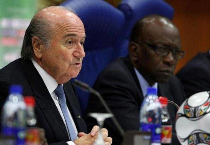 """Blatter (i) """"jamás hubiese sido presidente de la FIFA"""" sin los 30 votos de la Concacaf, según Warner (d). (foxsportsla.com/Archivo)"""
