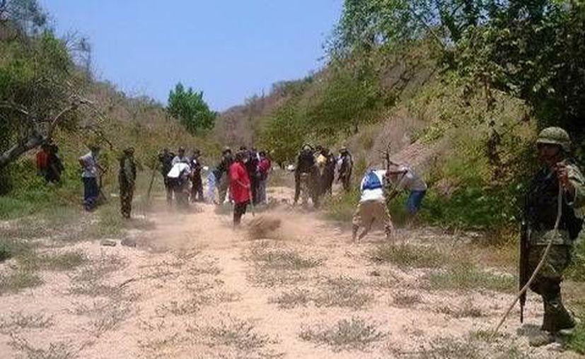 Los primeros reportes señalan que los cadáveres hallados tienen al menos 10 días enterrados. (Milenio)