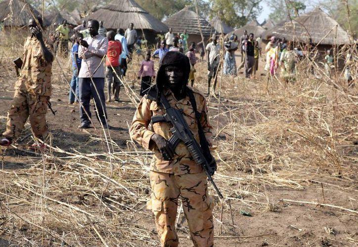 Varios soldados de Sudán del Sur hacen guardia en Mvolo, Sudán del Sur. (Archivo/EFE)