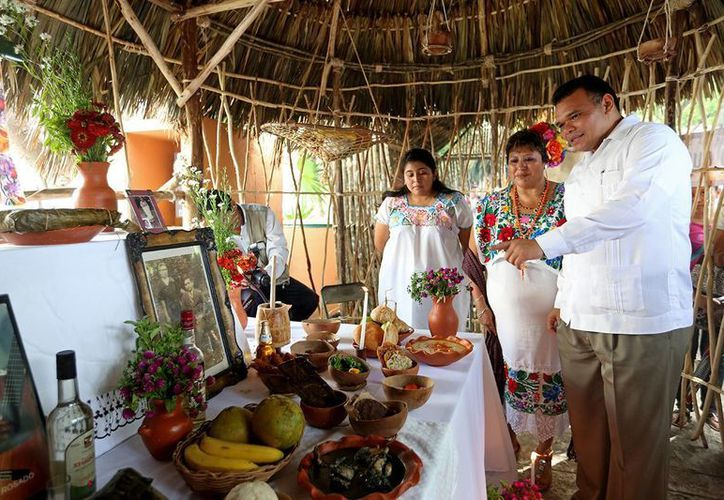 Entre sus actividades del viernes, el gobernador de Yucatán, Rolando Zapata Bello, recorrió la muestra de altares del Hanal Pixán (comida de muertos) en la Plaza Grande de Mérida. (SIPSE)