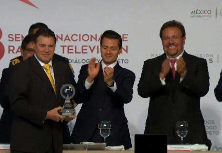 El presidente Enrique Peña Nieto entregó este jueves el Premio Nacional 'Buena Onda por México 2016' a Grupo SIPSE, por la transmisión de su programa 'Yucatán Habla claro'. En la foto, el premio lo recibe Andrés García. (Joel González/SIPSE)