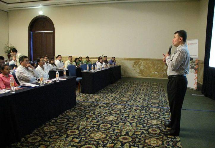 Gabriel Corral Alcalá, director comercial del Buró de Crédito, explicó en Yucatán algunas características del organismo. (José Acosta/SIPSE)