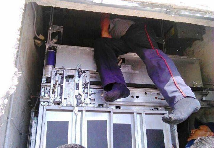 Los cuerpos de rescate no pudieron abrir las puertas del elevador. (Rossy López/SIPSE)